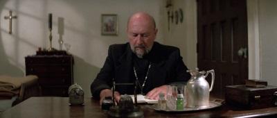 Der Priester befürchtet Schlimmes (© StudioCanal)