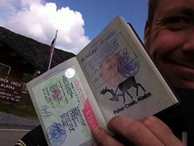 Christian und sein Reisepass (© Busch Media Group)