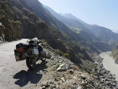 Ein Motorrad und sehr viel Natur (© Busch Media Group)