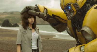 Charlie und Bumblebee verstehen sich (© Paramount Pictures)