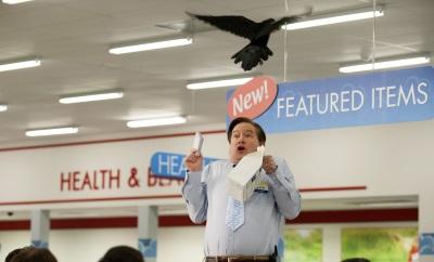 Glenn erschreckt sich vor einem ungebetenen Besucher (© Colleen Hayes/NBC)