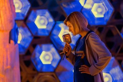 Mit Schrecken stellt der Doktor die Identität des Angreifers fest (© Polyband/BBC)