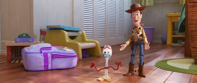 Woody nimmt Forky unter seine Fittiche (©2019 Dinsey/Pixar. All Rights Reserved.)