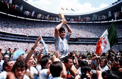 Maradona feiert den WM-Titel (© Bob Thomas/Getty Images/DCM)