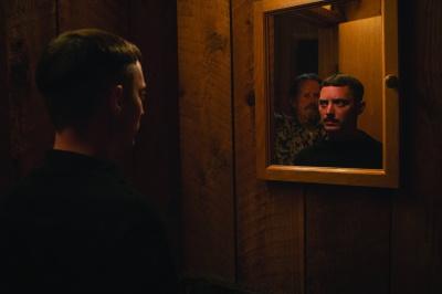 Vater und Sohn haben kein inniges Verhältnis (© 2019 Firefly Films)