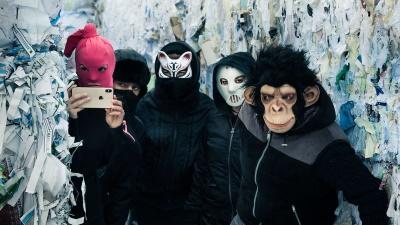 Mit Masken geht es an die Arbeit (© 2019 Netflix)