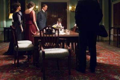 Der Inspektor stellt die Familie zur Rede (© BBC)