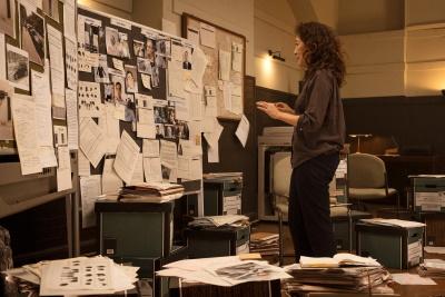 Eve stürzt sich in die Arbeit (© Universal Pictures/BBC America)