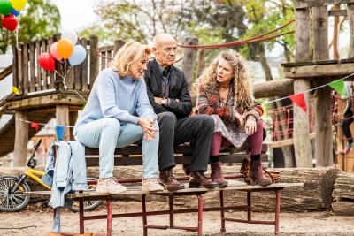 Drei Paten-Großeltern im Zwiegespräch (© StudioCanal)