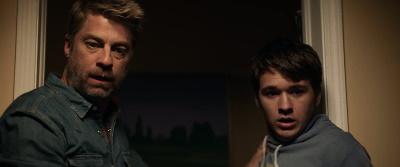 Vater und Sohn sind irritiert (© 2020 Koch Films)