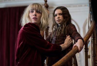 Flora und Kate haben Angst (© Universal Studios. Alle Rechte vorbehalten.)