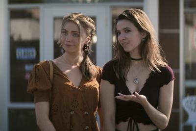 Süße Jungs, die Bibel und flüchtige Gangster gehören zu den Freizeit-Beschäftigungen der Schwestern (© 2020 Courtesy of Netflix)