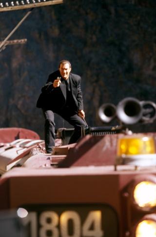 Ganz umweltfreundlich verreist Ryback per Zug (© 1995 Warner Bros)