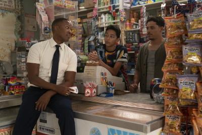 In Usnavis Laden herrscht ständig Betrieb (© 2021 Warner Bros Pictures)
